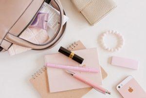 ピンクのかばんやペン