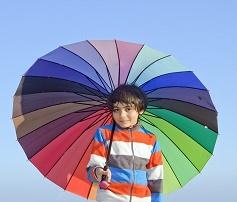 カラフルな傘をさす男の子