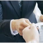 名刺交換の方法やマナーと複数人時の名刺の受け取り方渡し方を解説