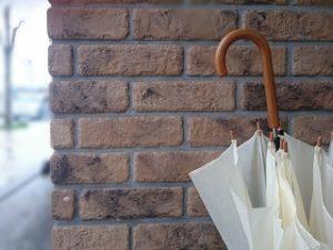 レンガの壁と傘