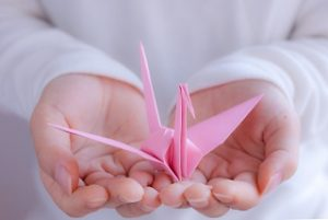 折り鶴をもつ手