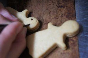 クッキーにチョコペンで顔をかく