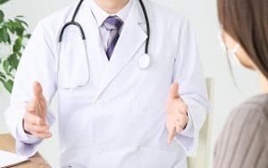 説明をする医者