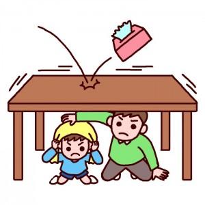 テーブルの下に隠れる親子