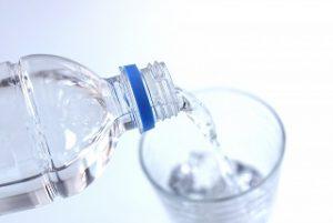 コップに水をそそぐ
