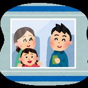 電車旅行する家族