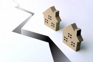 家と地割れ