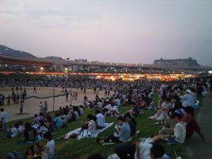 花火大会河川敷の観客