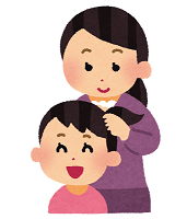 子供の髪をむずぶ女性